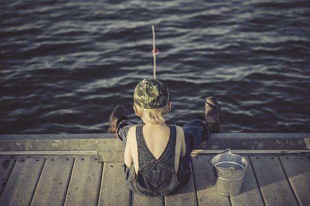 chlapec a rybaření