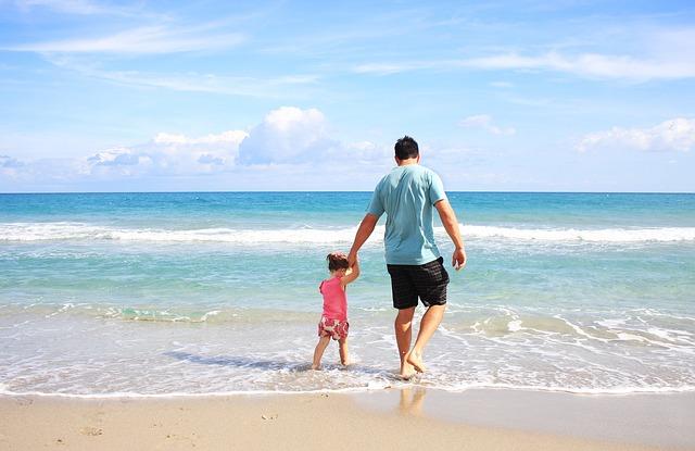 otec s dcerou na pláži