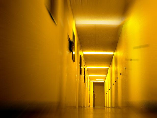 stropní osvětlení na chodbě