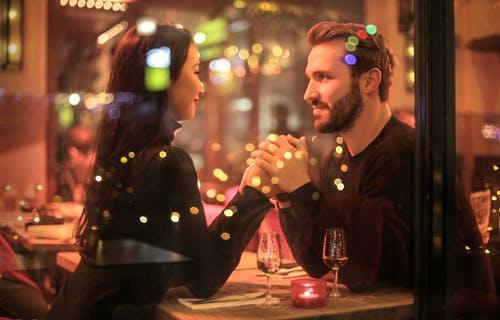 zamilovaný pár v restauraci